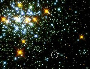 Голубая звезда (обведенная в кружок) является горячим только что образованным белым карликом